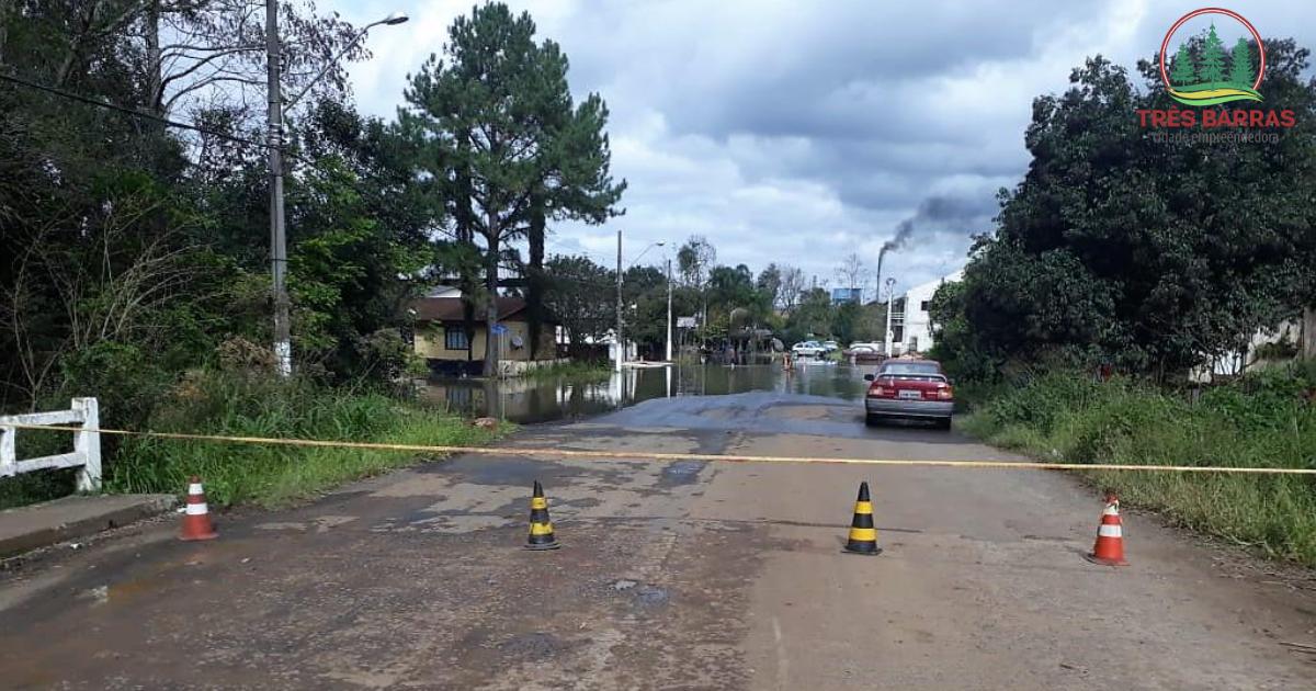 Alagamentos: interditado acesso à Avenida José Nunes Cavalheiro pela Rua Lumber