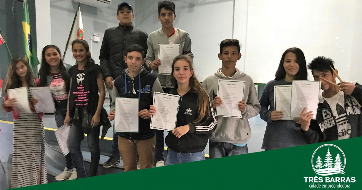 Alunos recebem certificados de conclusão de cursos oferecidos pelo Fiesc/Senai e o Governo de Três Barras