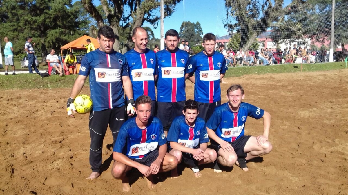 Amigos do Jonko goleiam e assumem liderança no campeonato de futebol de areia