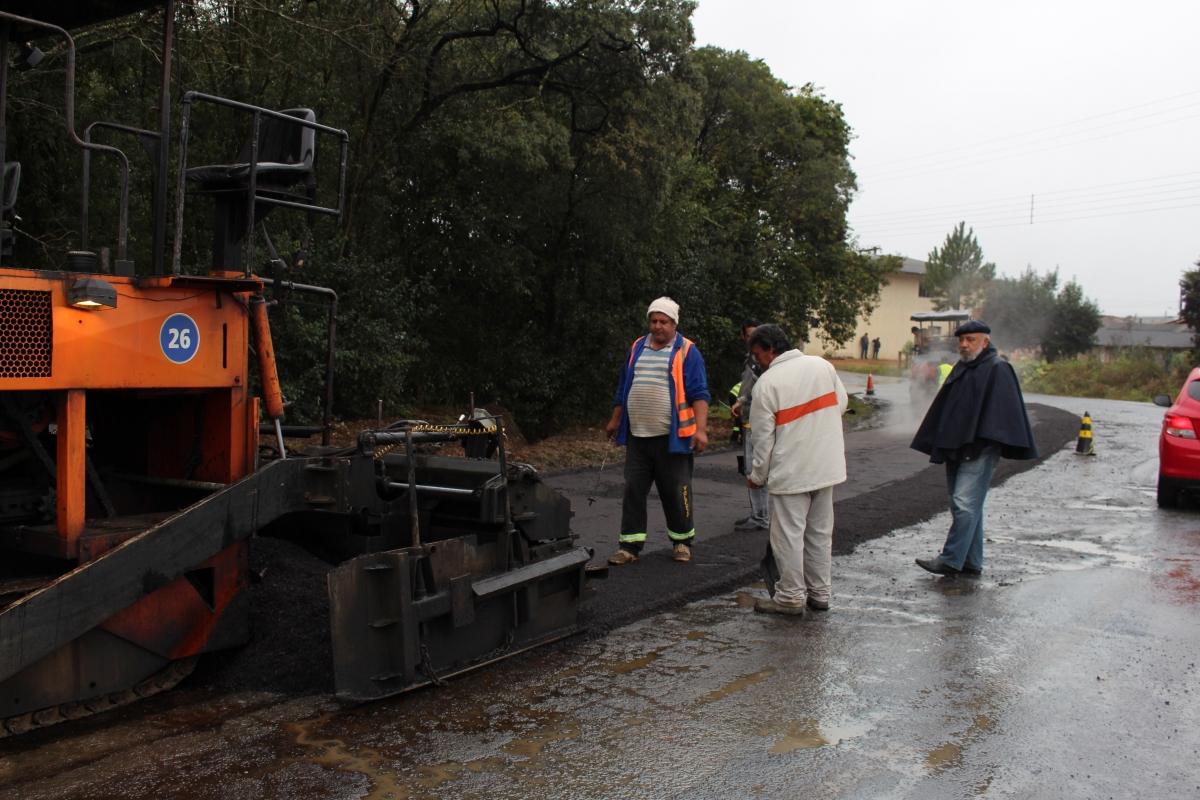 Apesar da chuva, operação tapa buracos continua pelas ruas de Três Barras