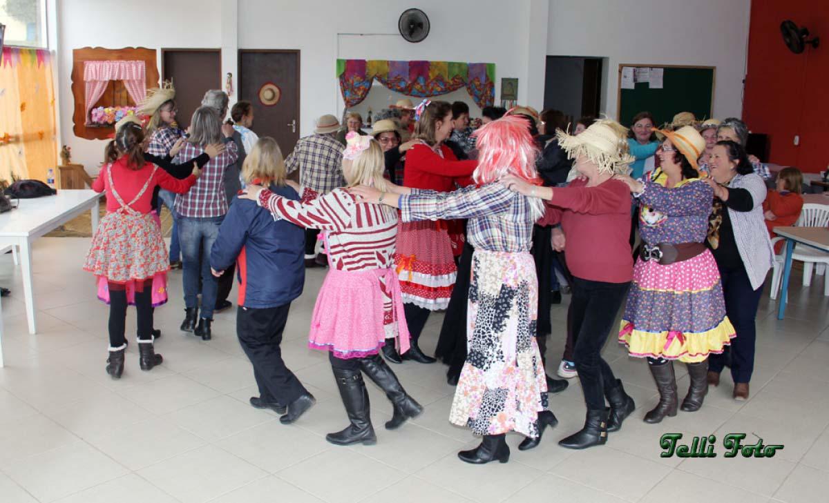 Arraiás reúnem mulheres e pessoas da melhor idade em Três Barras