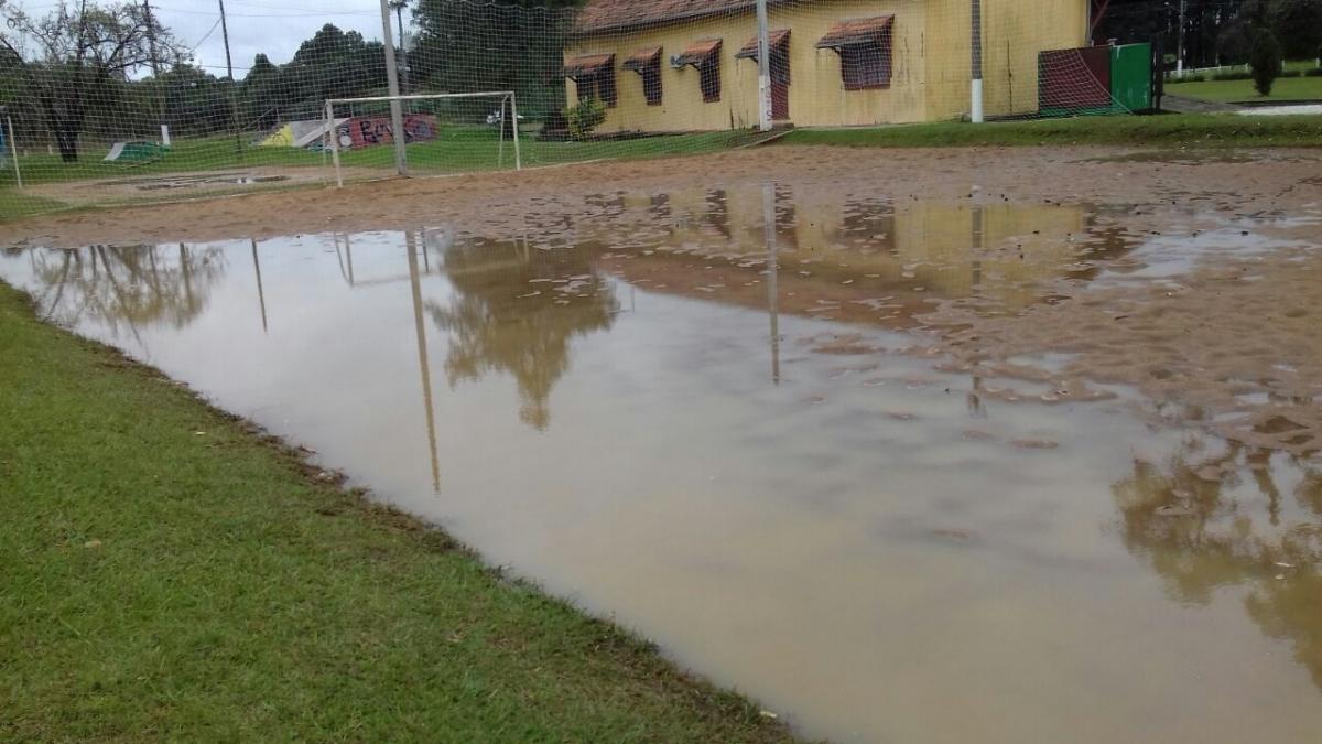 Cancha alagada motiva cancelamento da rodada do municipal de futebol de areia