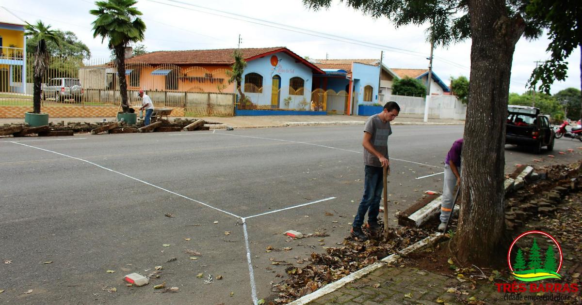 Construção de lombofaixa requer atenção redobrada de motoristas na Avenida Santa Catarina