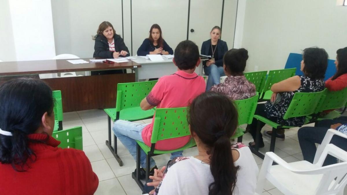 Cras e E.E.B Frei Menandro Kamps reúnem pais de alunos para debater evasão escolar