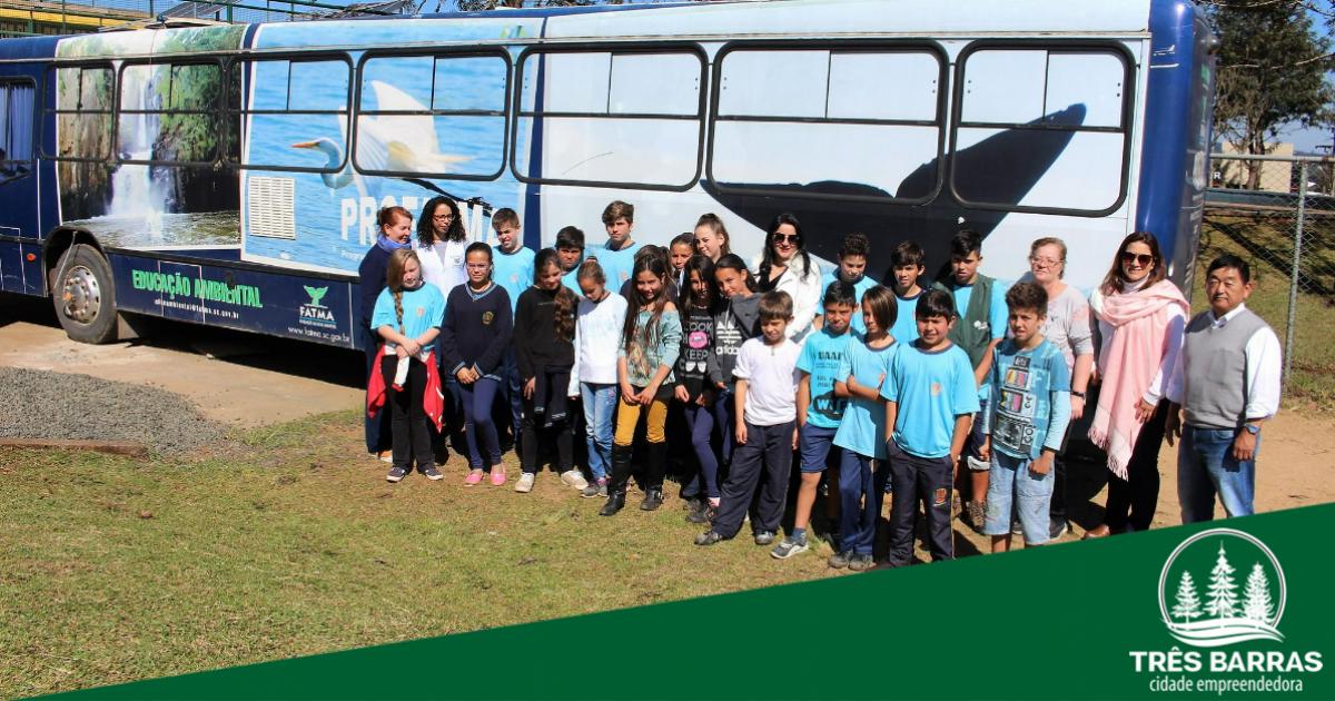 Eco-ônibus visita escolas municipais para promover a consciência ambiental aos estudantes