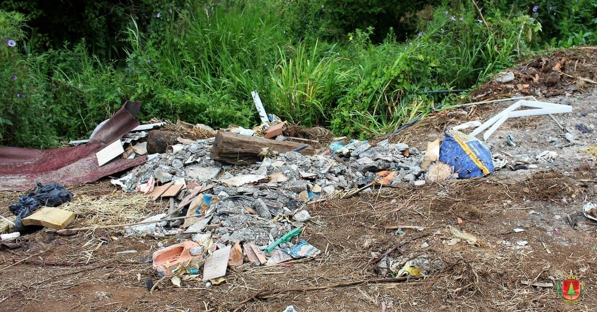 Lixo volta a ser jogado no entorno de rio após limpeza concluída na segunda-feira