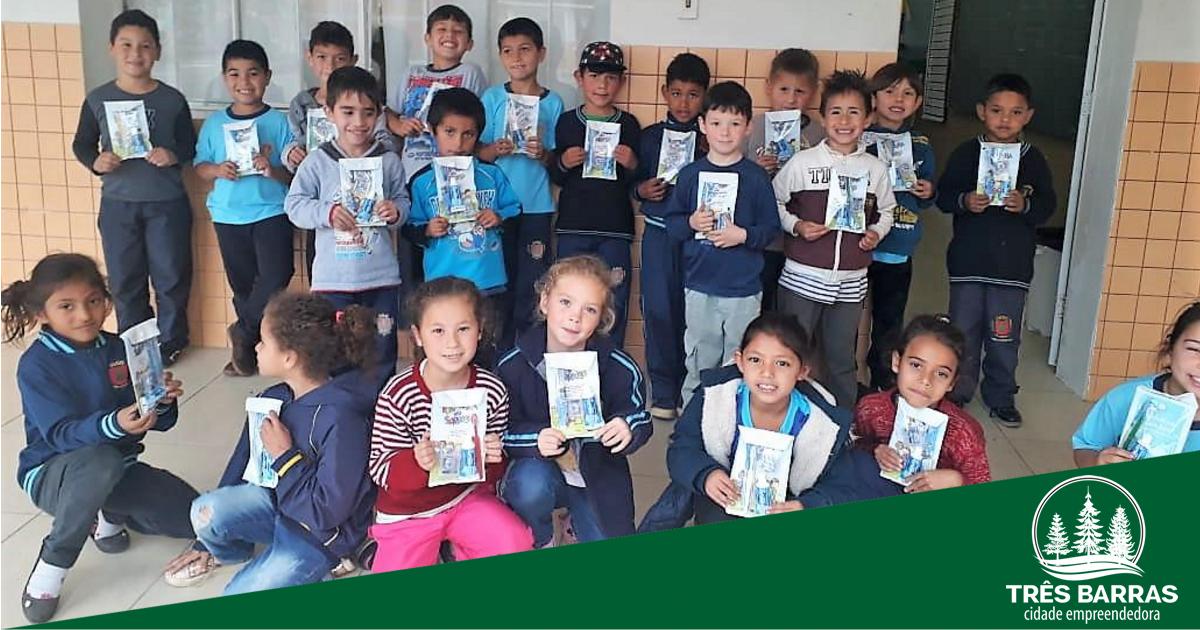 Mil kits de saúde bucal são entregues para alunos de escolas municipais