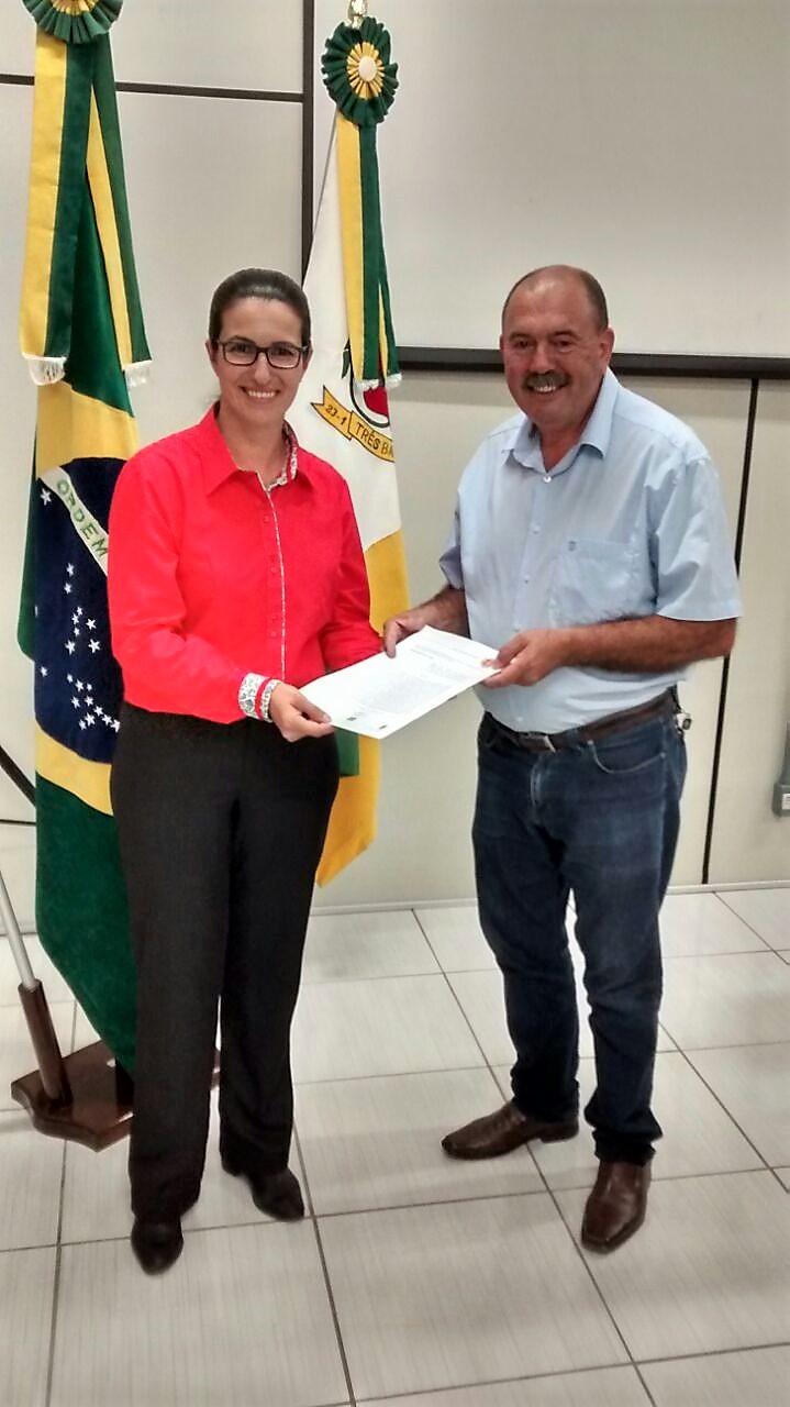 Viviane Bueno e o vereador João Francisco Canani, propositor da moção.