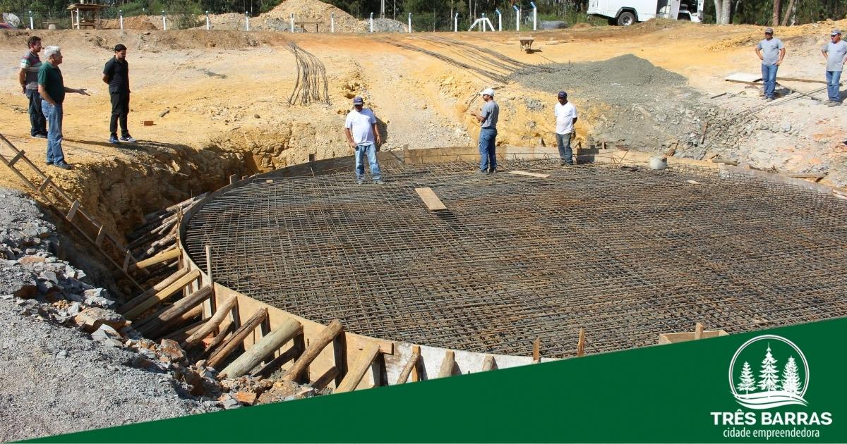 Na ETA: construção de base para reservatório de água está em andamento
