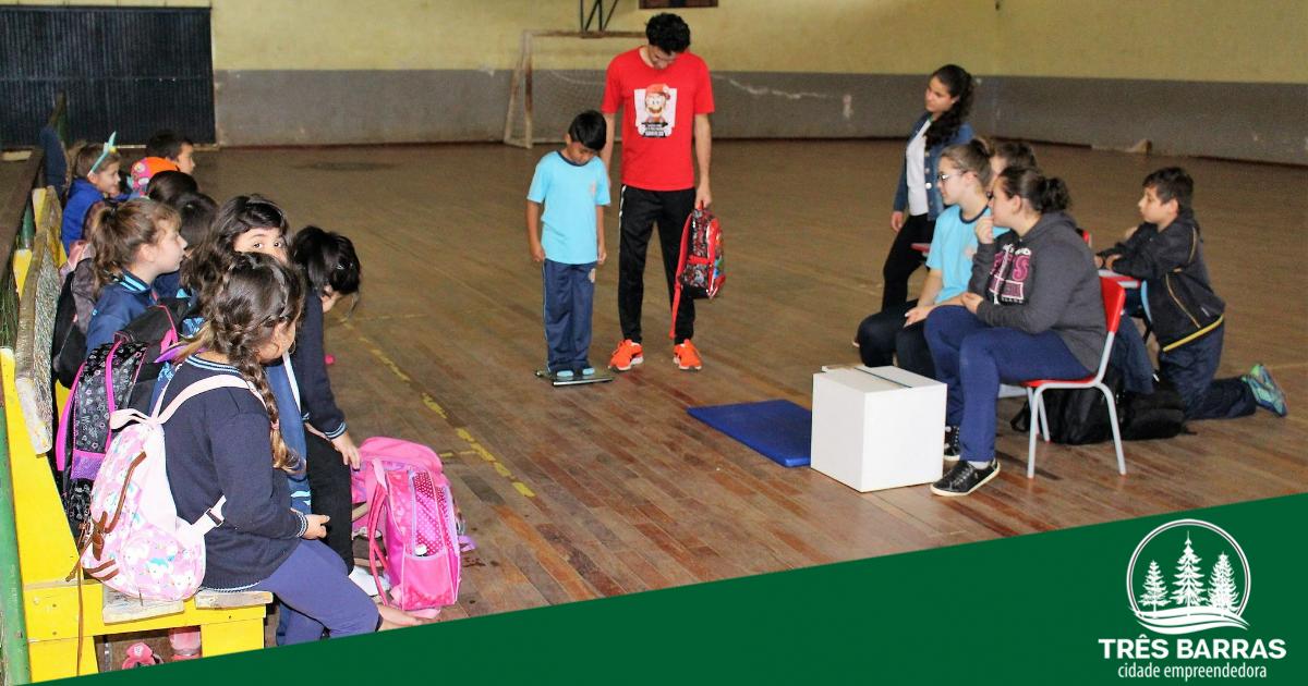 Pesquisa verifica a influência do peso das mochilas na postura e flexibilidade dos alunos da EBM Guita Federmann