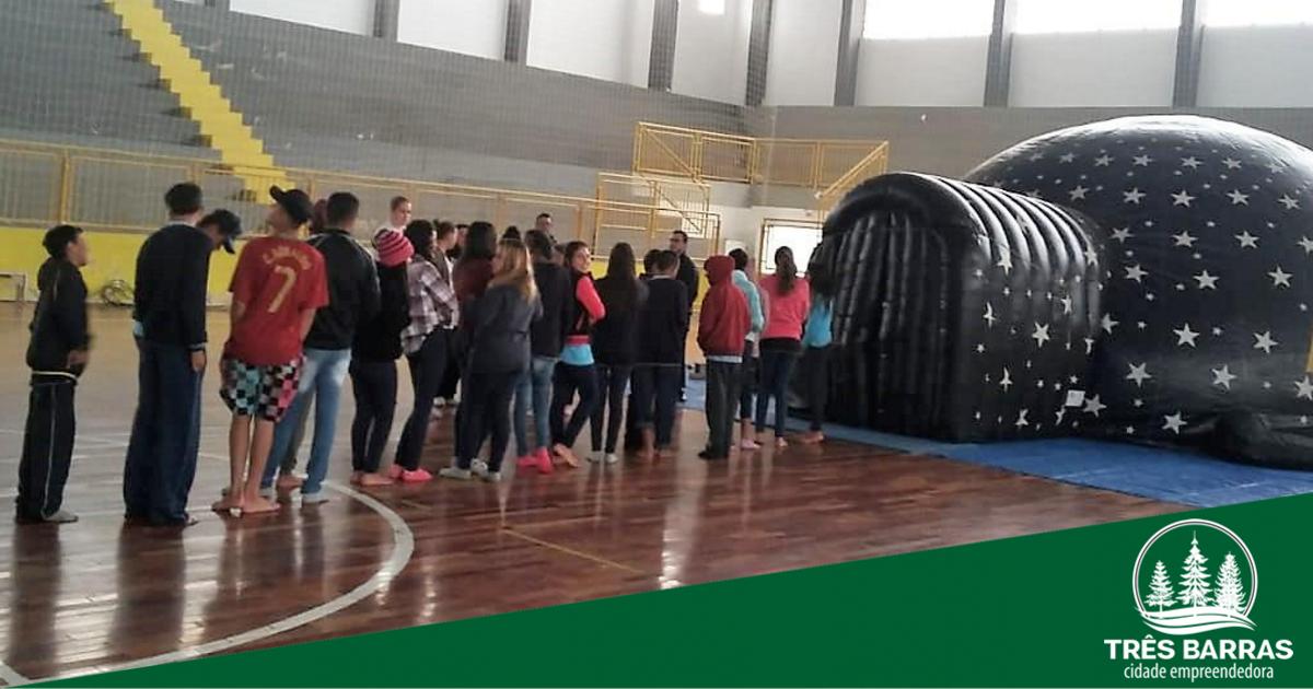 Planetário reúne 880 alunos da rede municipal em sessões sobre astronomia