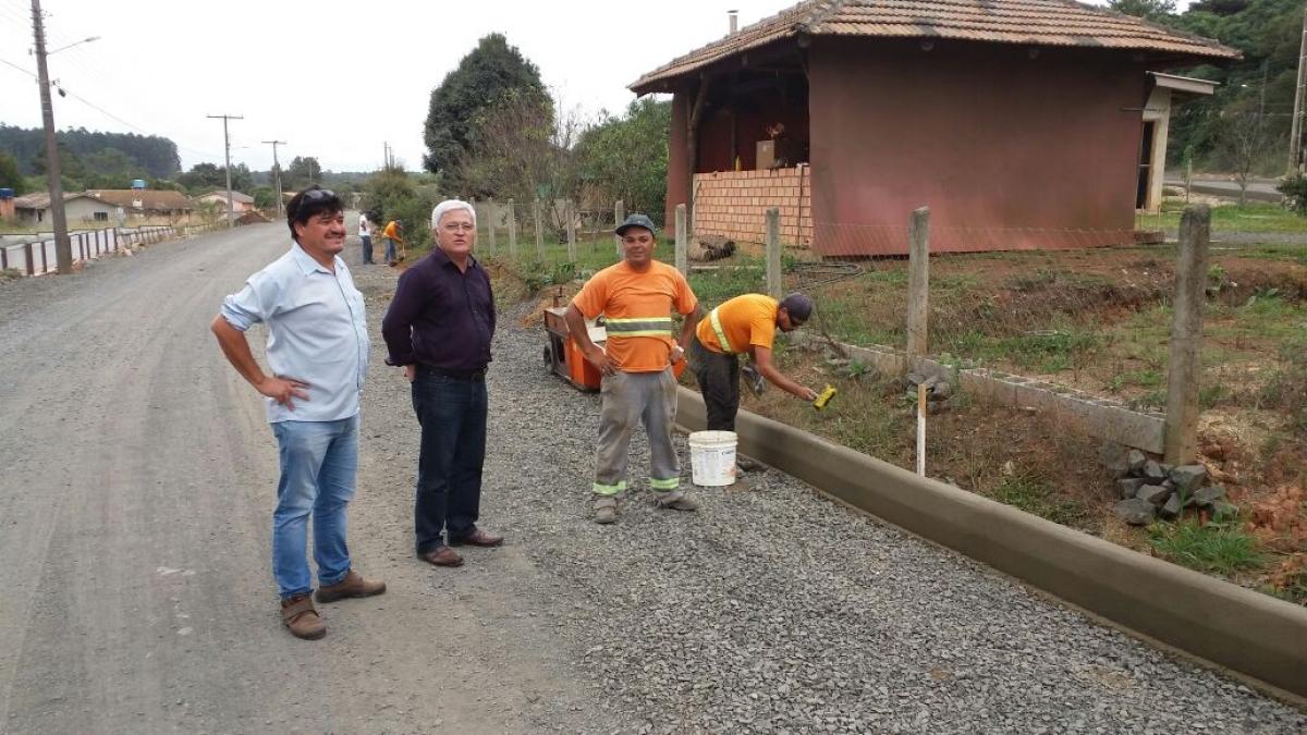 Prefeito acompanha obras de pavimentação em ruas do Km 02