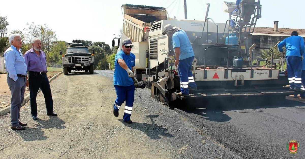 Prefeito e secretário vistoriam asfaltamento de ruas no São Cristóvão