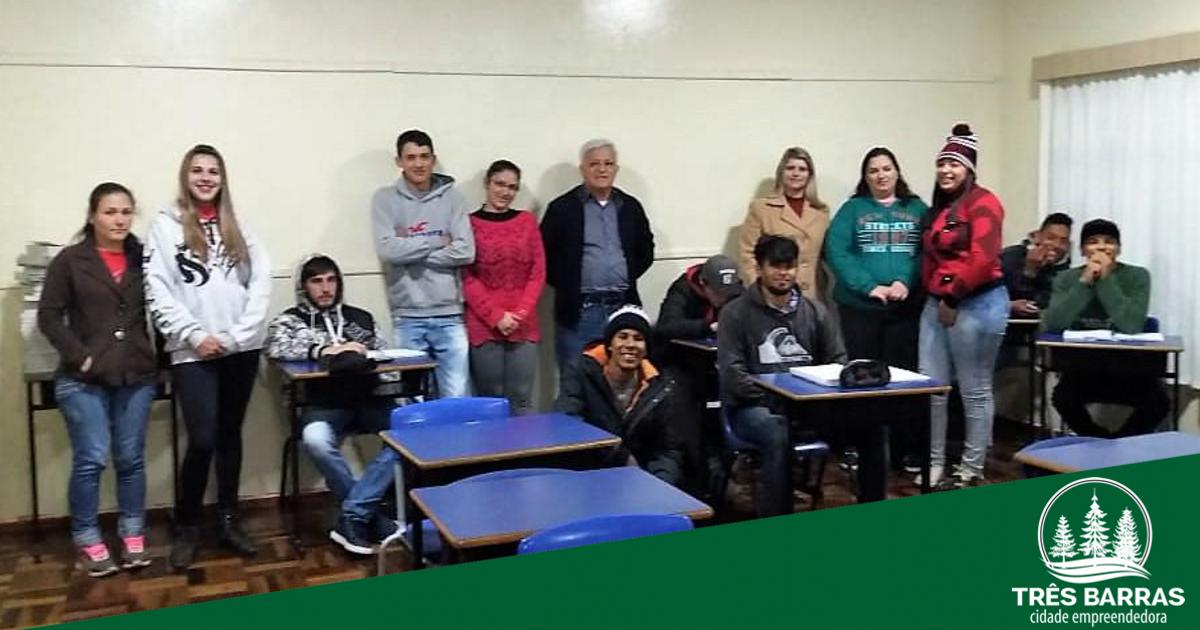 Prefeito visita alunos do Ceja e ouve demandas da comunidade escolar Guita Federmann