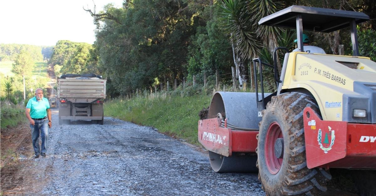 Prefeitura trabalha na recuperação da estrada de acesso a Floresta Nacional de Três Barras
