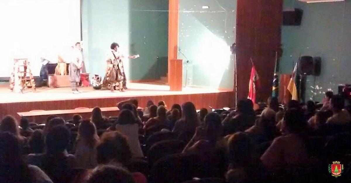 """Público tresbarrense prestigia o espetáculo """"Folia de Reis"""""""