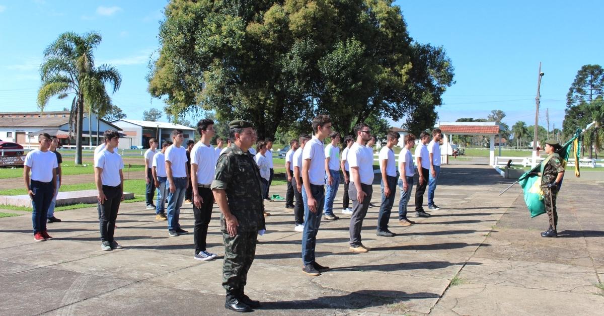 Solenidade marca a dispensa de jovens do serviço militar em Três Barras